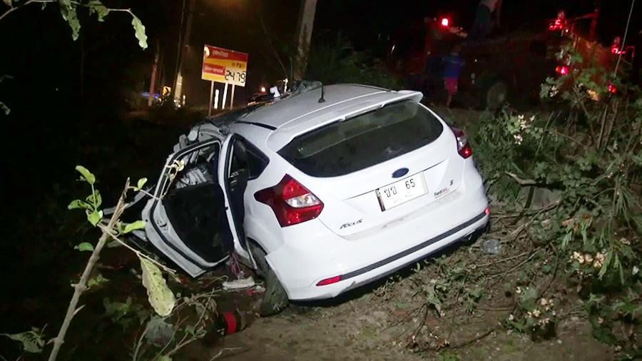 ตำรวจหญิงขับเก๋งชนกระบะขนผลไม้ ลังเกลื่อนถนน ดับ 2 ศพ   News by The Thaiger